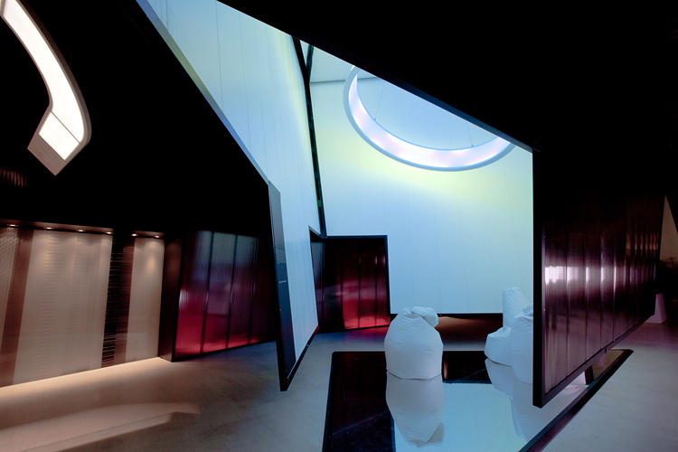 <p>Built with ease of installation in mind, the Hoop Light concept--by Huub Ubens, Design Group Italia, D'Alesio &amp; Santoro, and 3M--creates large-scale architectural lighting for a fraction of the weight and material.</p>