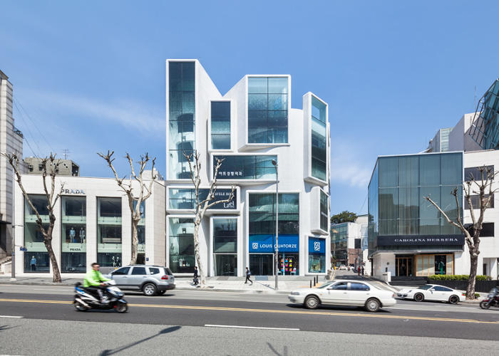 <p>The new facade uses large glass screens that give the office a distinctive character while allowing tenants to post their own advertisements without marring the building.</p>